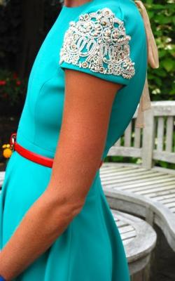 Плечики платья отделанные бусинками фото 3