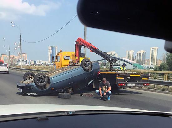 Машина повреждена в результате падения с эвакуатора