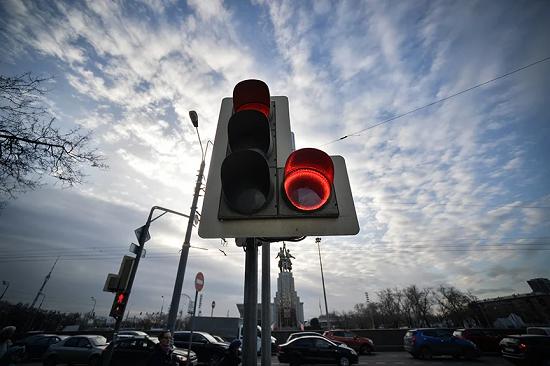 Светофор с красным кругом в секции поворота